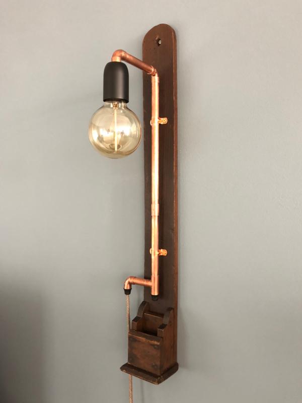 Lamp op oude plank
