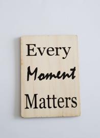 Kaart op hout: Every moment matters (13x18)