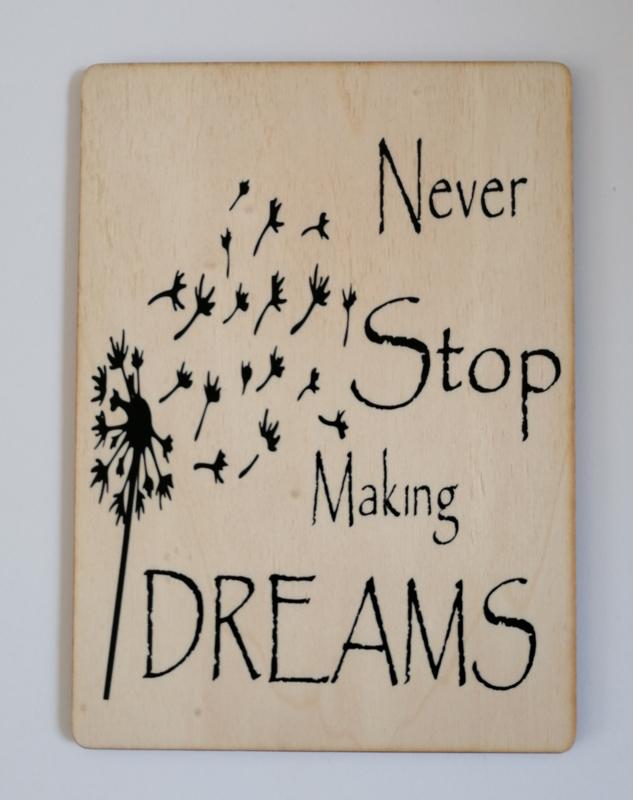 Kaart op hout: Never stop making dreams (13x18)