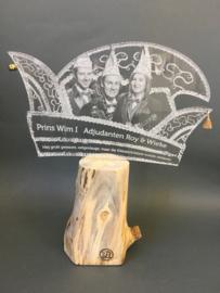 Steek plexiglas op houten voet met foto gravure prins(es) carnaval