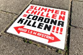 Straatstickers Slimmer Chillen = Corona Killen, 28 x 28 cm.