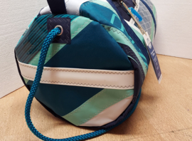 Duffel tas, duffle bag van oud windsurfzeil, windsurf zeilzak.