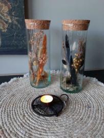 Droogbloemen in vaas met kurk.