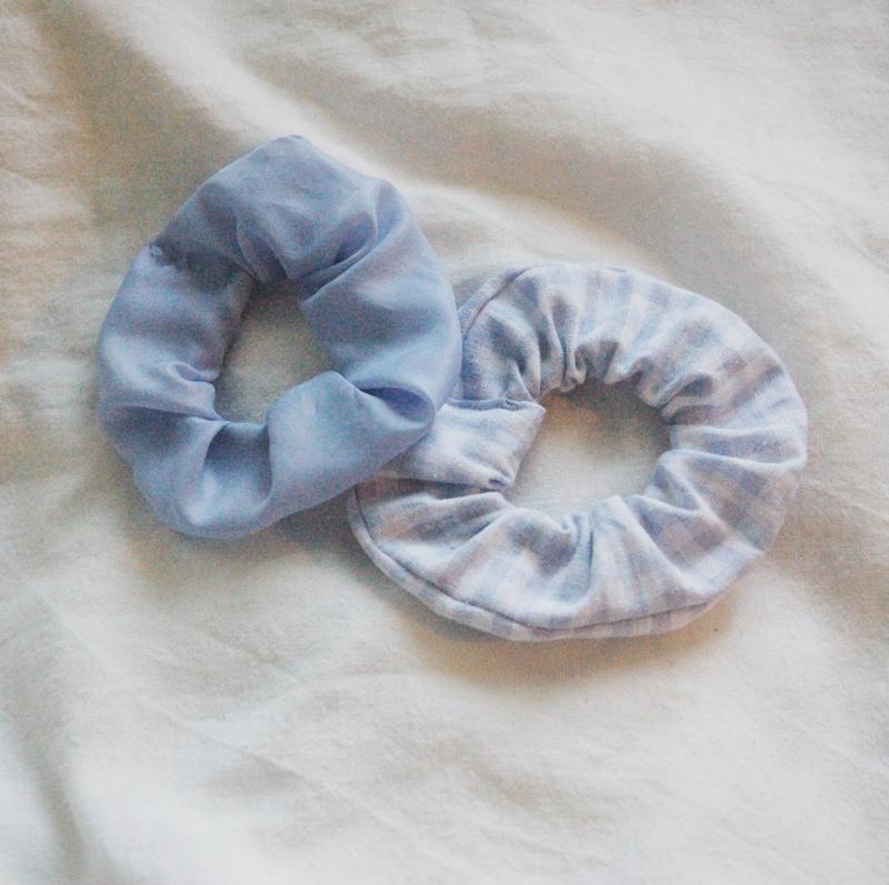 set 2 scrunchies light blue + gingham