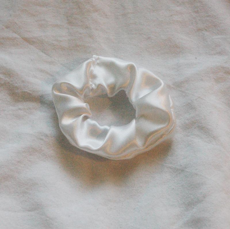 scrunchie white (satin)