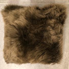 Kussen Donkerbruin in schapenvacht van Auskin