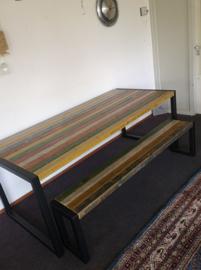 Tafel en bankje gemaakt van metselprofielen en ijzer.