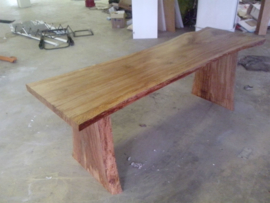 Tafels van boomstam planken