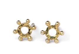 Gouden zonnetjes, oorstekers van gehamerd goud met kleine bolletjes
