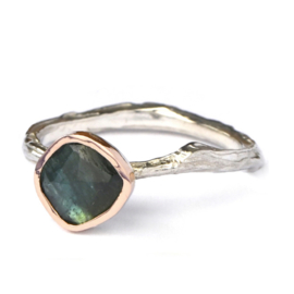 Zilveren structuur ring met groene toermalijn in roodgoud