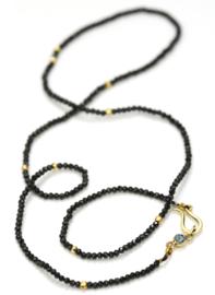 Collier van zwarte spinel met gouden sluiting en blauwe toermalijn