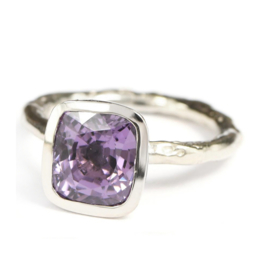Witgouden structuur ring met paarse spinel