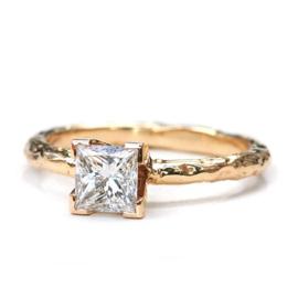 18kt rosé gouden structuur ring met 1ct. princess cut diamant - verkocht