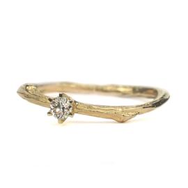 Gouden twijgje met 0,12ct diamant in kroontjeszetting