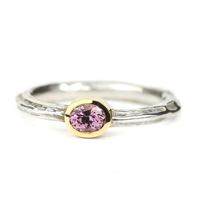 Zilveren structuur ring met spinel gezet in goud