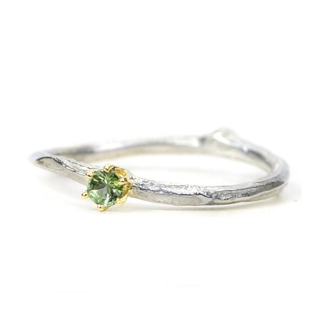 Zilveren twijgje met groene toermalijn in gouden kroontjeszetting