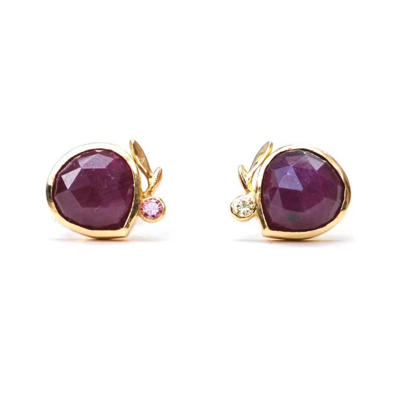 18kt gouden oorstekers met robijn en diamant - verkocht