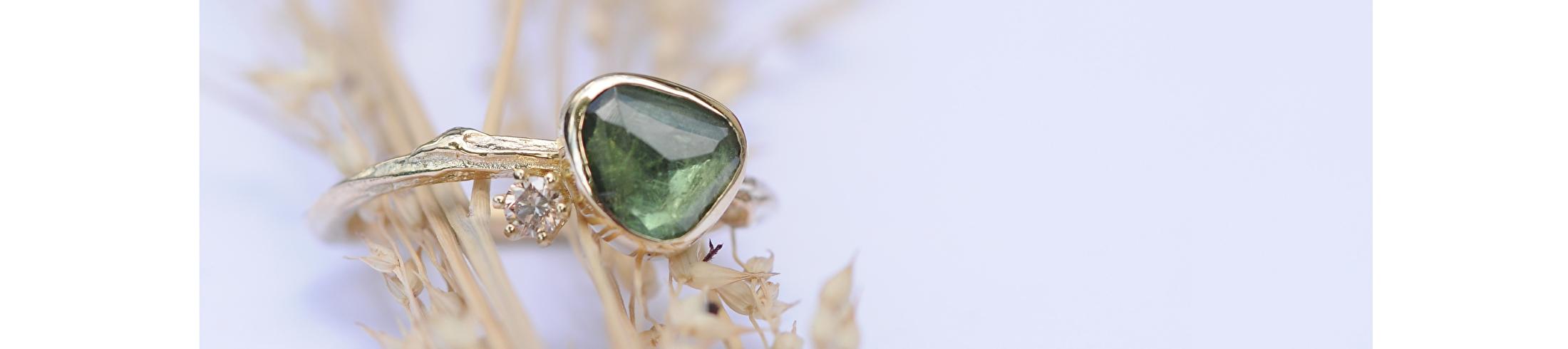 Gouden twijgje met toermalijn en diamant