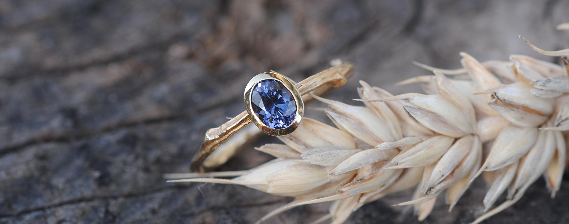 Gouden twijgjes ring met color change spinel