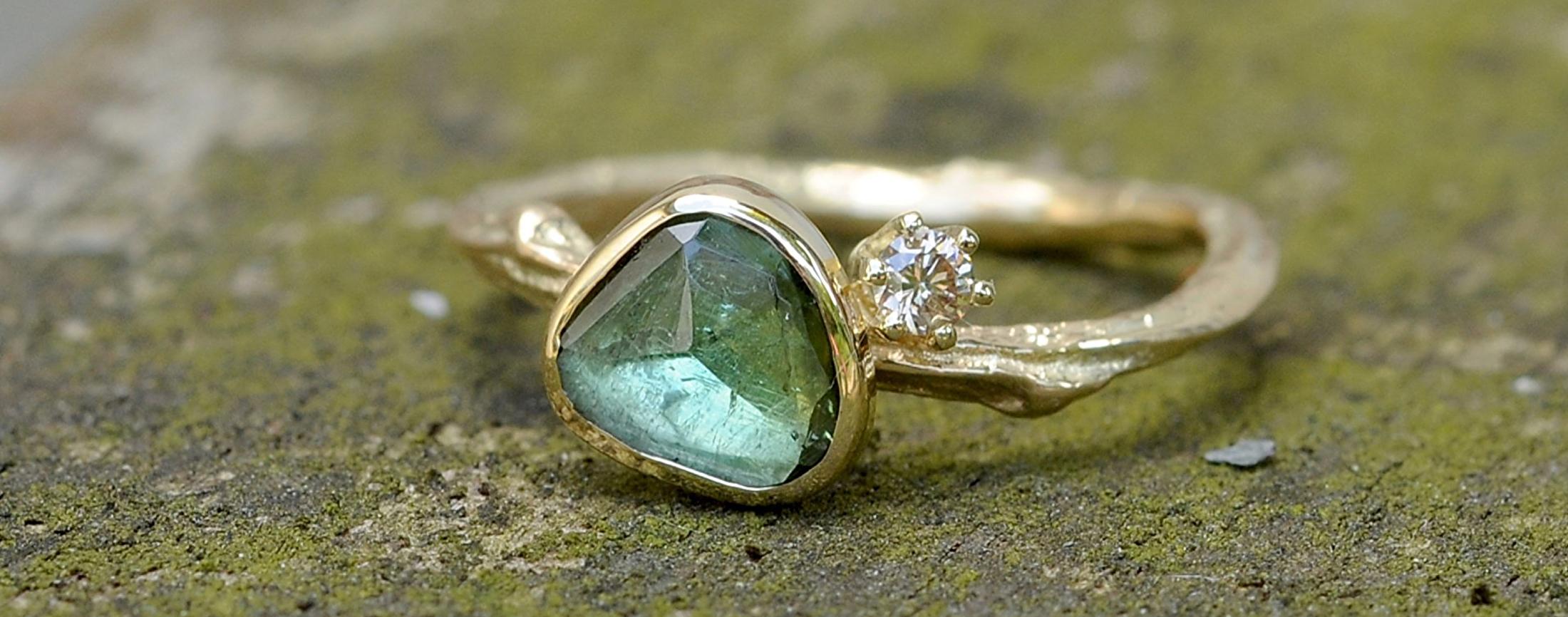 gouden twijgje met groene toermalijn en diamant