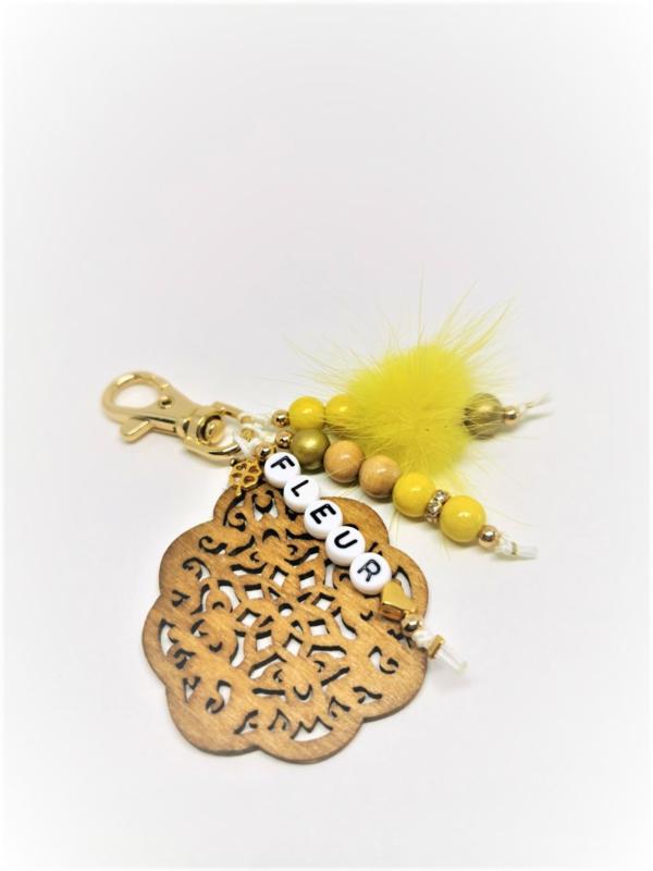 Goudkleurige sleutelhanger met gele fluffy