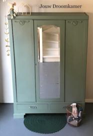 Vintage kledingkast voor Lison