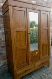 Brocante drie deurskledingkast Nanna