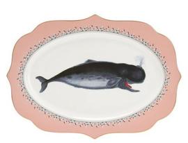 Yvonne Ellen serveer schaal walvis