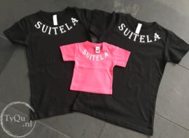 Zwart t-shirt met naam om de hals