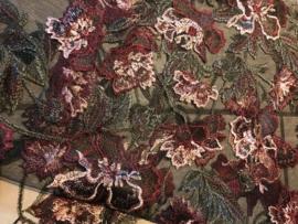 Bruidstule met geborduurde bloem bordeaux