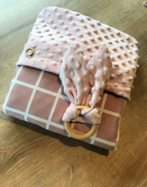 Wiegendekentje en konijnenoren bijtring oud roze