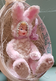 Romy, in een konijnenpak, hoog 7 cm., in een paasei, hoog 11 cm., prijs is inclusief paasei.