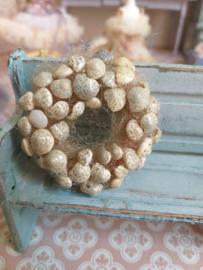Schelp krans parelmoer  beige doorsnee 5,5 cm.