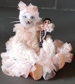 Maloe de Poes, hoog 10 cm. Zij heeft altijd haar Pierrot poppetje Pietje bij haar