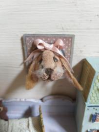 Konijnen kopje, als schilderij, 3 x 3 cm., met roze strik, (oren omlaag!)