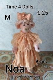 Noa, the Mama Pig (M - 9 cm.) including boots