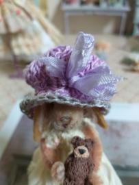 Gehaakt lila shabby-chic hoedje met lila strik, maat XL