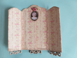 Kamerscherm, of tafelscherm 1:24,  8 cm. hoog, bij 8 cm. breed, nummer 7