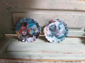 Alice in Wonderland bordjes, 2 stuks, Ø 2 cm.