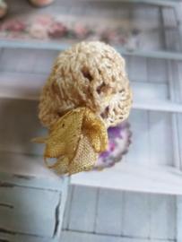 Gehaakt beige shabby-chic hoedje met beige strik, maat XS/S