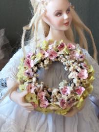 Blumenkranz Ø 3,5 cm., weiches Grün mit rosa getrocknete Blumen