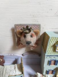 Beren hoofdje, als schilderij, 3 x 3 cm., bruin, met kroontje