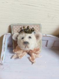 Beren hoofdje, als schilderij, 3 x 3 cm., wit, met kroontje