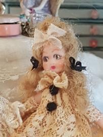 Josephine, hoog 7 cm.,  Antiek look poppetje