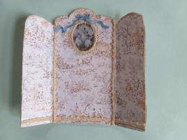 Kamerscherm, of tafelscherm 1:24,  8 cm. hoog, bij 8 cm. breed, nummer 4