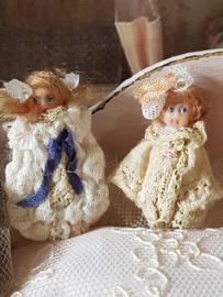 Marliesje, hoog 3 cm. Foto 1 aan de linkerkant,  Antiek look poppetje