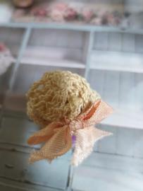 Gehaakt beige shabby-chic hoedje met zalm roze strik, maat  XS /S