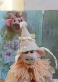 I ben Pom de Piggy , ik ben 9 cm. zonder mijn muts!