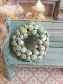 Schelp krans parelmoer groen doorsnee 4,5  cm.