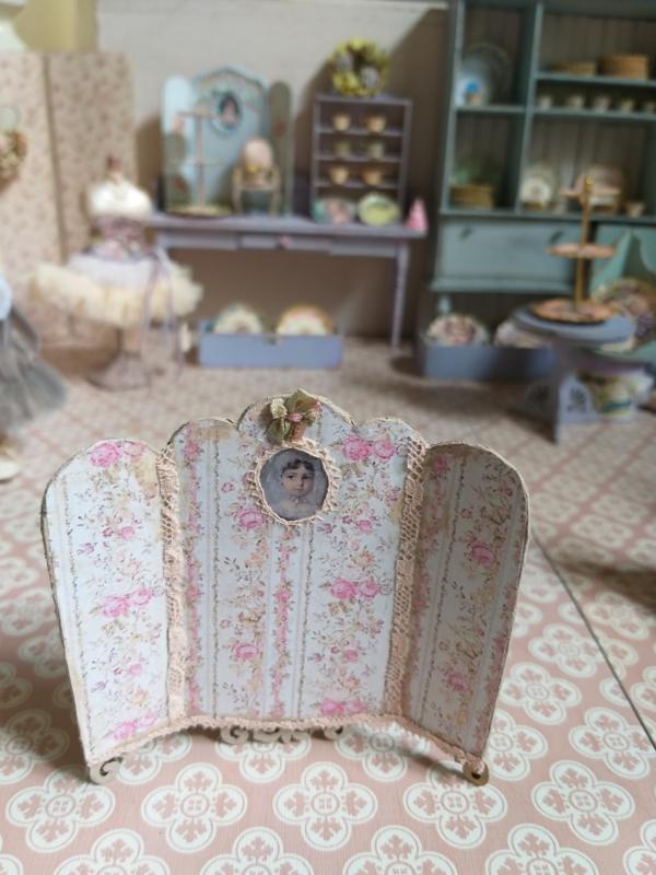 Kamerscherm, of tafelscherm 1:24,  8 cm. hoog, bij 8 cm. breed, nummer 6